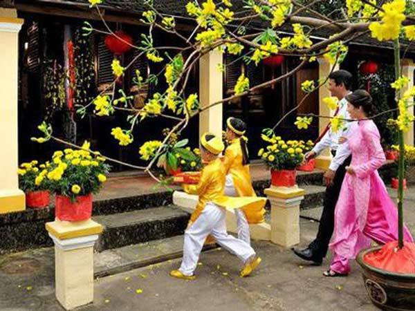Xông đất đầu năm là một tập tục của người Việt